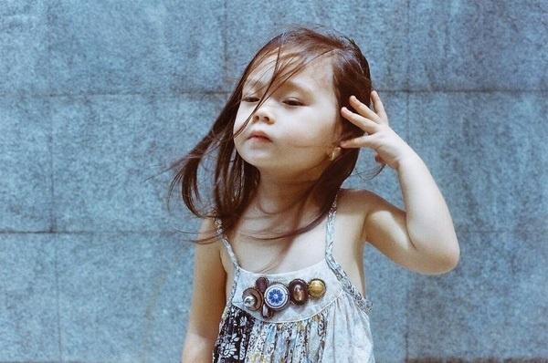 """Mới đây, trong loạt ảnh mới được mẹ Đoan Trang chia sẻ trên trang cá nhân, cô bétiếp tục """"gây thương nhớ"""" với vẻ dạn dĩ và tạo dáng đầy tự tin trước ống kính. - Tin sao Viet - Tin tuc sao Viet - Scandal sao Viet - Tin tuc cua Sao - Tin cua Sao"""