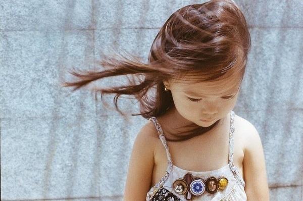 Mọi biểu cảm của cô bé đều không thua kém những người mẫu chuyên nghiệp - Tin sao Viet - Tin tuc sao Viet - Scandal sao Viet - Tin tuc cua Sao - Tin cua Sao
