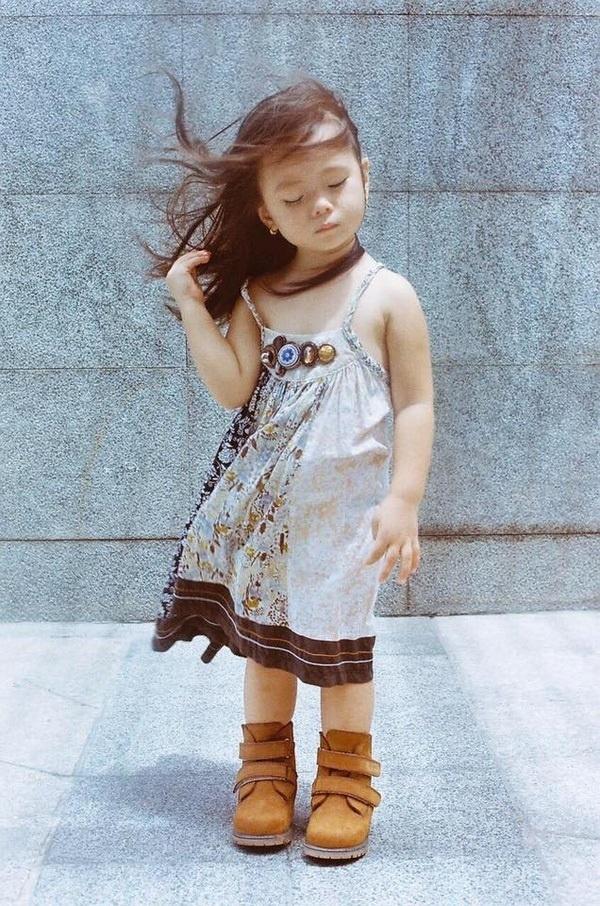 Trong ảnh, bé Sol tạo dáng không thua kém một người mẫu chuyên nghiệp nào. Từ hành động vuốt tóc, biểu cảm gương mặt đến ánh nhìn xa xăm, cô bé sẽ đều thể hiện cực kìnghệ thuật. - Tin sao Viet - Tin tuc sao Viet - Scandal sao Viet - Tin tuc cua Sao - Tin cua Sao