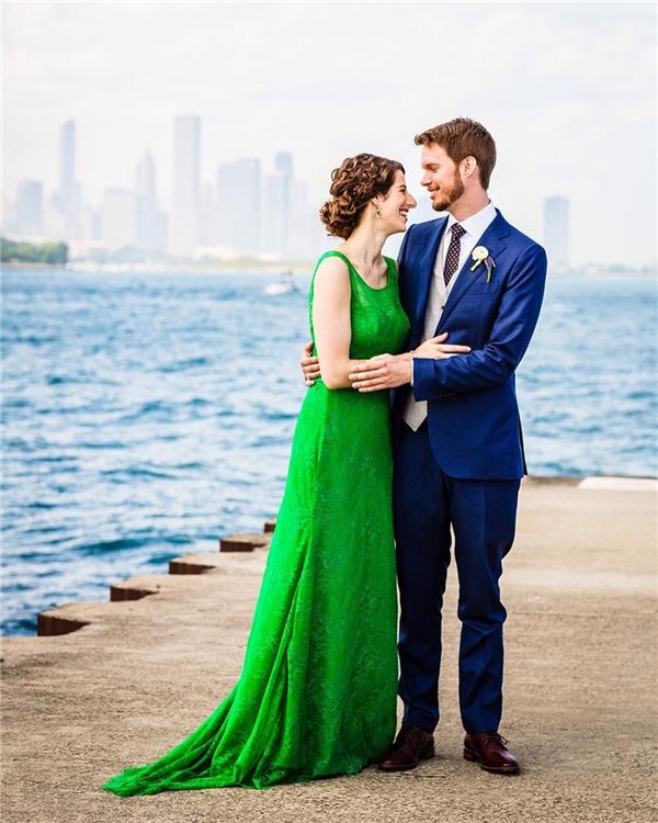 Chiếc đầm đơn giản với tông xanh lá cây giúptôn nước da trắng của cô dâu.(Ảnh: Instagram)