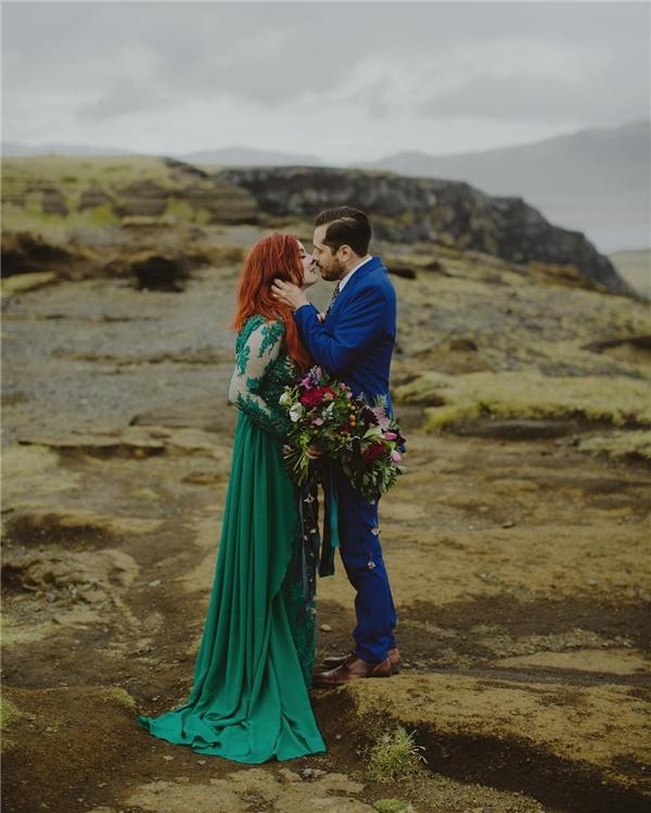 Phần tay áo với họa tiết phối ren cùng độ rũ của thân áo làm cho cô dâu trở nên nhẹ nhàng, thanh thoát hơn.(Ảnh: Instagram)