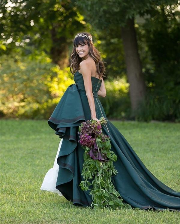 Nếu không sở hữu làn da trắng hồng cũng đừng lo lắng khi chọn những tông màu lạnh nhé. Cô dâu này vẫn rất rạng rỡ trong chiếc váy cưới màu xanh lá đậm đấy thôi.(Ảnh: Instagram)