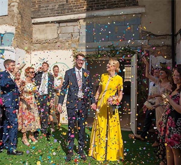 Hay một chiếc váy kiểu dáng và đơn sắc như thế này cho đám cưới nhỏ ấm cúng.(Ảnh: Instagram)