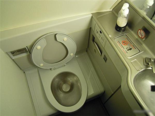 Tốt nhất, bạn nên tranh thủ đi vệ sinh trước khi lên máy bay để hạn chế sử dụng nó một cách tối đa.