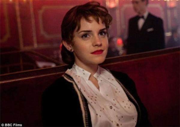 Emma hoàn toàn gỡ bỏ hình tượng trẻ trung ngày nào để hoá thành một quí bà thực thụ.