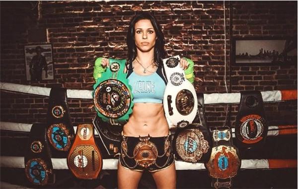 Cũng là nữ võ sĩ nổi tiếng thế giới, Lena Ovchynnikova cực kì thành công trong các giải đấu quyền anh hạng lông và giải đấu MMA hạng ruồi. Tuy nhiên, đó không phải tất cả sở trường của cô nàng 29 tuổi này đâu, Lena cũng là một tay đánh Muay Thai mạnh mẽ đấy.(Ảnh Internet)