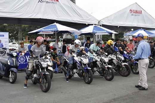 Các rider lái thử các dòng xe thể thao Yamaha tại một sự kiện ở TP. HồChí Minh.