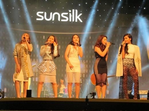 Đêm chung kết Sunsilk Hello Yellow hào hứng ngay từ những phút đầu tiên với màn trình diễn khai mạc sôi động của các thí sinh với ca khúc Born This Way đình đám. - Tin sao Viet - Tin tuc sao Viet - Scandal sao Viet - Tin tuc cua Sao - Tin cua Sao