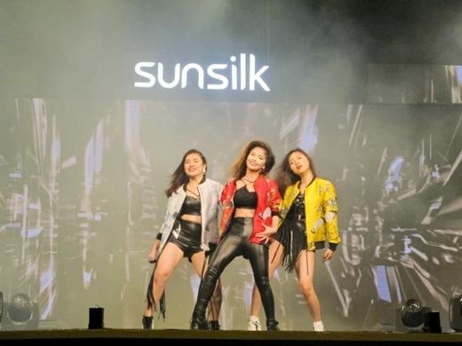 Bùng cháy trước màn trình diễn của Đông Nhi và Top 9 Hello Yellow - Tin sao Viet - Tin tuc sao Viet - Scandal sao Viet - Tin tuc cua Sao - Tin cua Sao