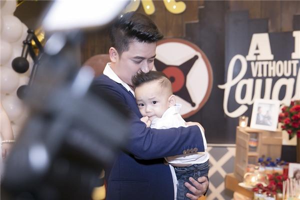 Tại buổi tiệc, Lê Hoàng luôn coi sóc cậu cả rất chu đáo. Anh bế con trên tay không rời và luôn dành cho em bé sự quan tâm đặc biệt.