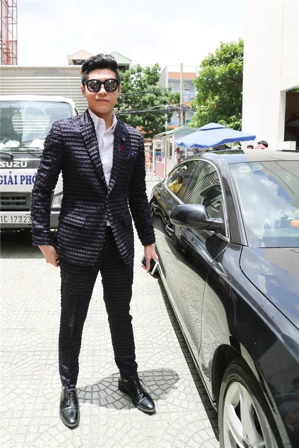 Khác với các đàn anh, Noo Phước Thịnh chọn mình bộ vest đen trẻ trung, cá tính. - Tin sao Viet - Tin tuc sao Viet - Scandal sao Viet - Tin tuc cua Sao - Tin cua Sao