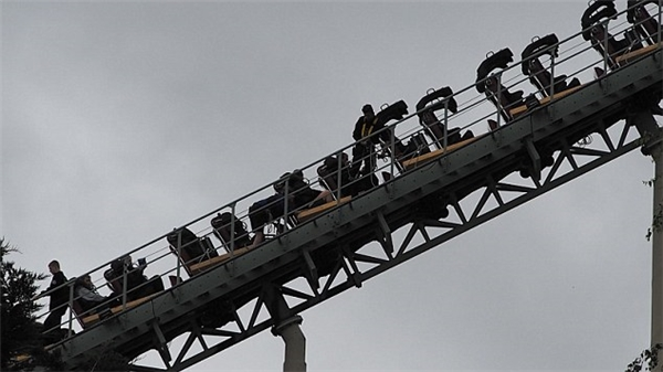Trong đoạn clip, vài người chơi đã tự trèo xuống từ độ cao 30m trong khi một số khác vẫn ngồi yên.