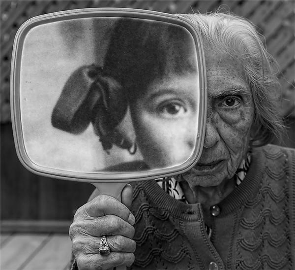 ...thìẩn sâu bên trong người phụ nữ già nuavẫn làtâm hồnvui vẻ như một cô bé...