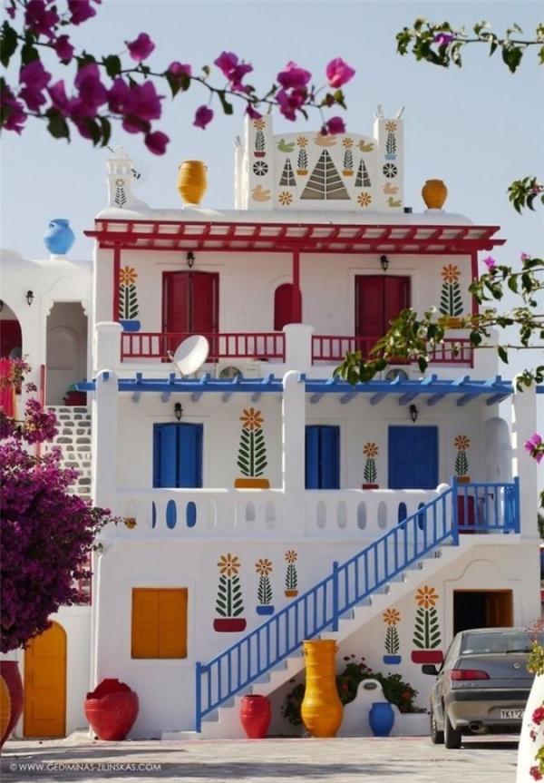 Lấy trắng làm màu chủ đạo, một ngôi nhà ở Myconos, Hy Lạp đột nhiên trở nên sống động hơn hẳn với những điểm nhấn màu xanh, cam, đỏ.(Ảnh: Internet)