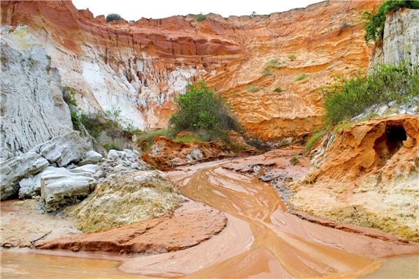 Dòng suối nhẹ nhàng chảy dù là ngày nắng cháy hay mưa to (Ảnh: Internet)