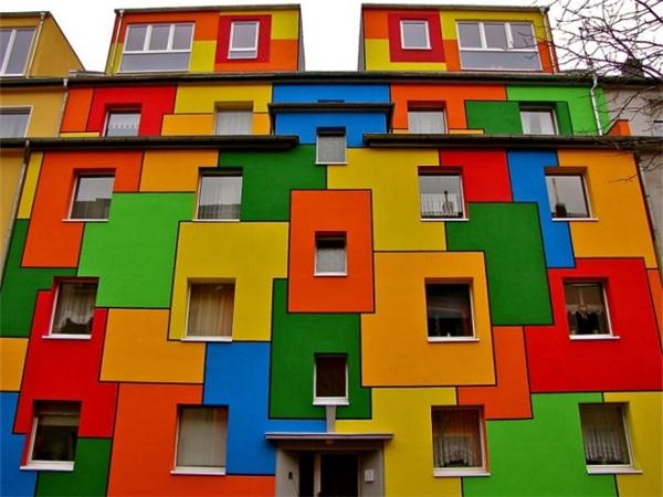 Ngôi nhà màu sắc ở thành phố Nippes, Đức không chỉ có nhiều màu mà còn… lắm cửa sổ.(Ảnh: Internet)