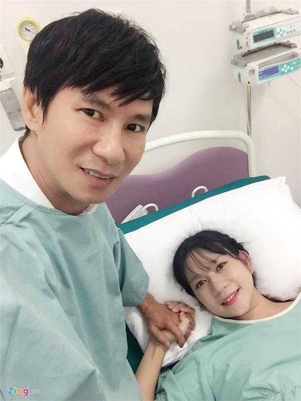 Bà xã Lý Hải vừa sinh con thứ 4 bằng phương pháp sinh thường vào lúc 17h58 ngày 10/7 tại bệnh viện Vinmec, TP HCM. - Tin sao Viet - Tin tuc sao Viet - Scandal sao Viet - Tin tuc cua Sao - Tin cua Sao