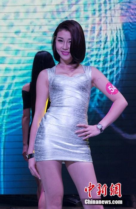 Ngoài trang phục áo tắm, các thí sinh vòng bán kết còn trình diễn những thiết kế cocktail nhẹ nhàng. Vào năm 2015, cô gái 21 tuổi Tiết Vận Phương giành chiến thắng tại Hoa hậu Hoàn vũ Trung Quốc bị truyền thông, khán giả chỉ trích kịch liệt bởi nhan sắc không mấy nổi bật. Với tình hình thí sinh năm nay, một số tờ báo tại Trung Quốc nhận định tân Hoa hậu Hoàn vũ Trung Quốc 2016 cũng không mấy khá hơn năm vừa rồi.