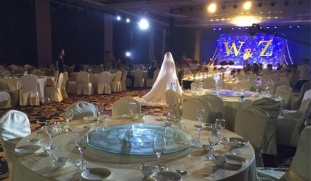 Quang cảnh buổi tiệc cưới không có khách mời đến dự.