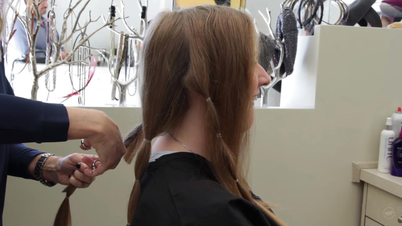 Người ta sẽ cột tóc bạn thành từng đuôi tóc và cắt chúng. (Ảnh:What Happens When You Donate Your Hair? - Youtube)