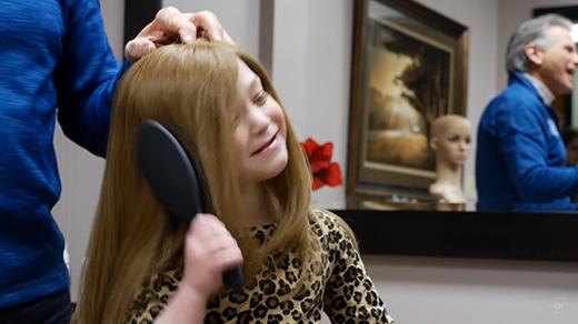 Đối với những bé gái bị ung thư, được chải tóc là một ước mơ dường như quá xa vời.(Ảnh:What Happens When You Donate Your Hair? - Youtube)