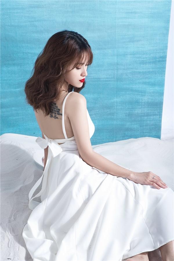 Trên nền phom váy xòe điệu đà cổ điển, những đường cắt tinh tế, chừng mực giúp Tú Vi trông gợi cảm, thu hút hơn.