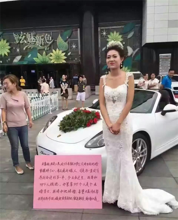 Sốc với cô gái xinh đẹp mặc váy cưới bên siêu xe để... tuyển chồng