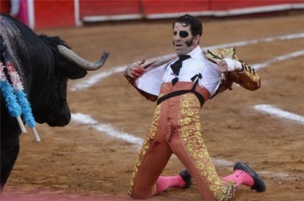 Hình ảnh một đấu sĩ nổi tiếng bị chột mắt, hậu quả của một trận chiến khốc liệt với bò tót. (Ảnh: Internet)