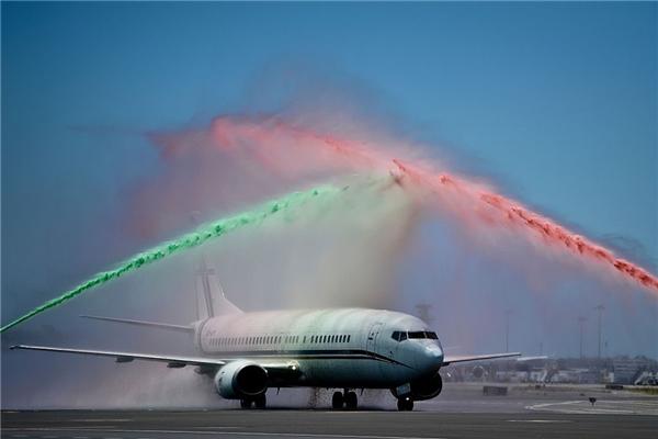 Chiếc máy bay của các tuyển thủ được chào đón ấn tượng khi vừa đáp xuống. (Ảnh: internet)
