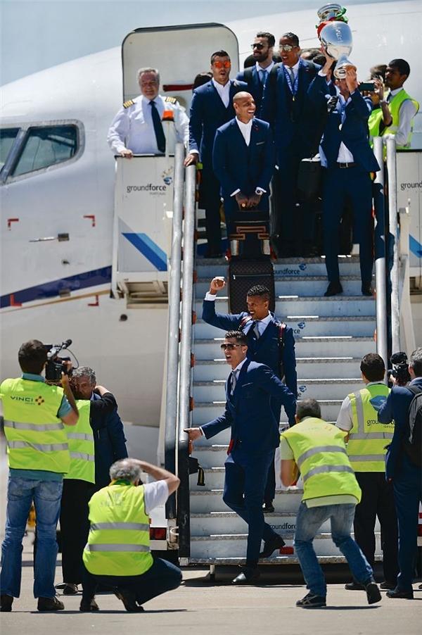 """Những """"người hùng"""" của Bồ Đào Nha bước xuống máy bay. (Ảnh: internet)"""