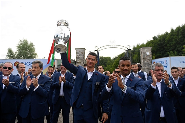 Chiếc cúp Euro 2016 được lần lượt trao tay các tuyển thủ và HLVFernando Santos. (Ảnh: internet)