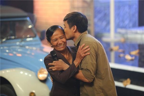 Đứng trên sân khấu Tình Bolero, Quý Bình xúc động gửi lời cảm ơn đến mẹvàôm hôn bà thắm thiếttrên sân khấu. Hình ảnh này khiến không ít khán giả lẫn ban giám khảo rơi nước mắt.