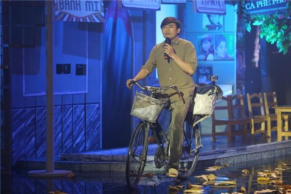 """Từ giãvẻ lịch lãm của một quý ông trong Nói với người tình, Ai đưa em về, hay sự bụi bặm trong Xóm đêm, nét phong trần lãng tử củaMùa thu trong mưa, anh chàng """"2 lúa"""" trong Lối về xóm nhỏ, ởđêm thi tối qua, Quý Bình hóa thân vào vai anh chàng nhà quê đạp xe lên thành phố bán bánh chưng bánh giò trong đêm khuya mưa gió."""