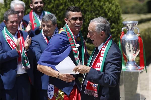 Tổng thốngMarcelo Rebelo de Sousa của Bồ Đào Nha hân hoan trong niềm vui chiến thắng Euro 2016mang vinh dự về cho quốc gia. (Ảnh: internet)