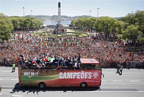 2 chiếc xe bus 2 tầng đưa các tuyển thủ đi vòng quanh thành phố trong biển người hâm mộ. (Ảnh: internet)