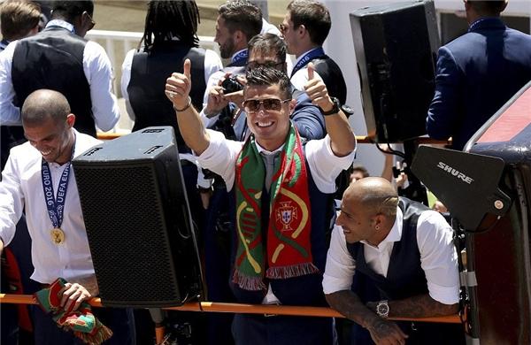 Ronaldo cùng đồng đội trên xe busvẫy chào mọi người. (Ảnh: internet)