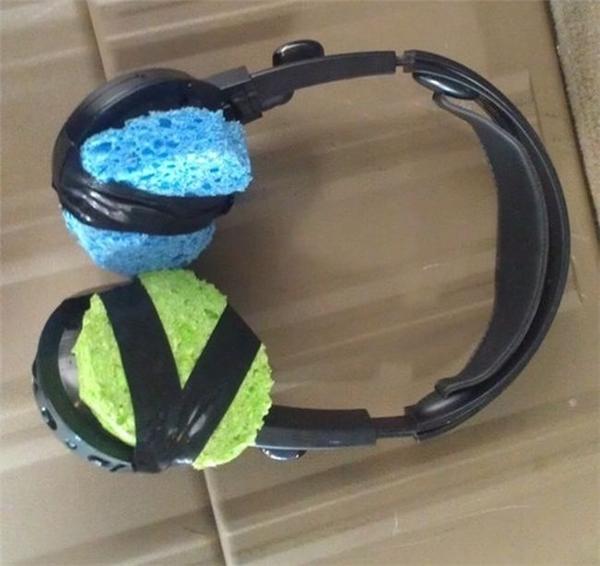 Headphone bị hư đành xài tạm 2 miếng bọt biển vậy.