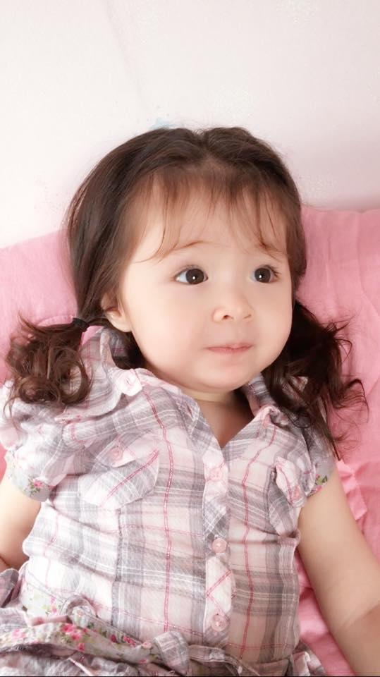 Nhắc đến thiên thần tóc xoăn Cadie Mộc Trà là mọi người sẽ ấn tượng về một em bé mắt to, da trắng nõn nà, biểu cảm siêu ngộ nghĩnh dễ thương. - Tin sao Viet - Tin tuc sao Viet - Scandal sao Viet - Tin tuc cua Sao - Tin cua Sao