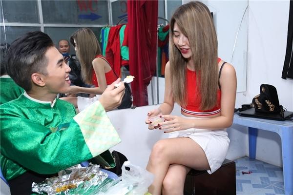 Quỳnh Anh Shyn thân mật bên bạn trai trong hậu trường quay MV mới của nhóm 365 gần đây. - Tin sao Viet - Tin tuc sao Viet - Scandal sao Viet - Tin tuc cua Sao - Tin cua Sao