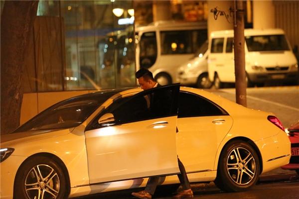 Sau đó Hari Won và Trấn Thành nhanh chóng lên xe ra về. - Tin sao Viet - Tin tuc sao Viet - Scandal sao Viet - Tin tuc cua Sao - Tin cua Sao