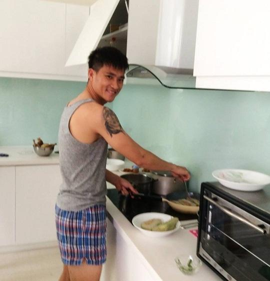 Đáp lại tình cảm của vợ, chàng tuyển thủ Việt Nam cũng cho thấy anh là người đàn ông biết chăm sóc gia đình khiđỡ đần giúp vợ việc nội trợ. - Tin sao Viet - Tin tuc sao Viet - Scandal sao Viet - Tin tuc cua Sao - Tin cua Sao