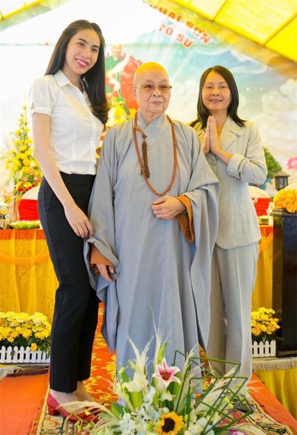 Bên cạnh các công việc chuyên môn, vợ chồng Công Vinh - Thủy Tiên thường xuyên đi chùa lễ Phật và tham gia những hoạt động từ thiện vì cộng đồng. - Tin sao Viet - Tin tuc sao Viet - Scandal sao Viet - Tin tuc cua Sao - Tin cua Sao