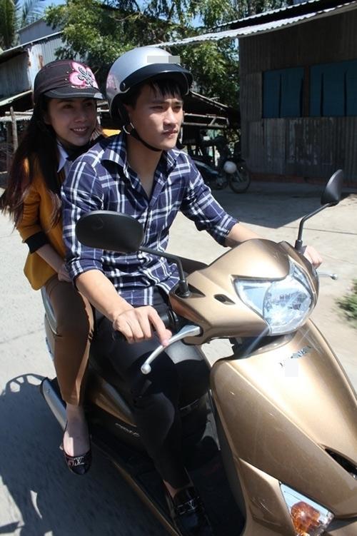 """Thỉnh thoảng, Công Vinh tự lái xe máy chở vợ đi công việc thay cho những chiếc """"xế hộp"""" sang trọng mà cặp đôi thường xuyên sử dụng. - Tin sao Viet - Tin tuc sao Viet - Scandal sao Viet - Tin tuc cua Sao - Tin cua Sao"""