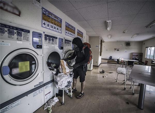 Tại các cửa hàng giặt ủi còn sót lại cả quần áo.