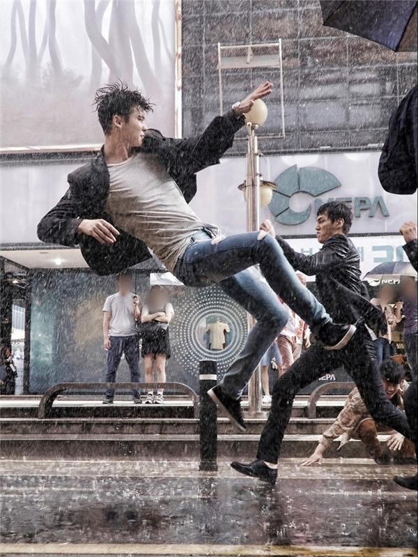 Những cảnh quay hành động của Lee Jong Suk cũng rất đáng được mong chờ