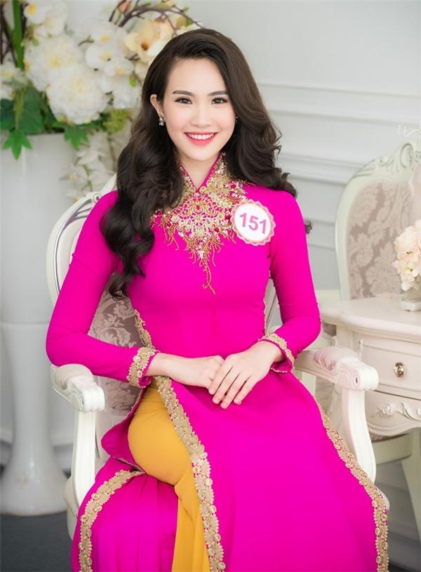 Sái Thị Hương Ly sở hữu vẻ ngoài ngọt ngào, gợi cảm. Cô đang theo học tại Đại học Kinh tế Quốc dân Hà Nội.