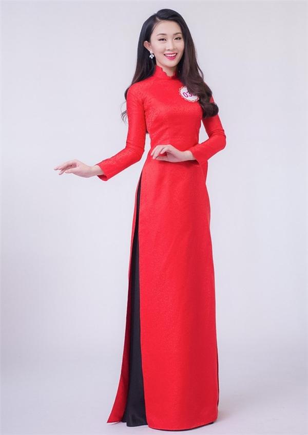 Á khôi 2 Người đẹp Hạ Long Nguyễn Thị Phương Anh diện áo dài với hai tông màu đỏ, đen. Nhan sắc này từng tham dự nhiều cuộc thi lớn nhỏ trước khi đến với Hoa hậu Việt Nam năm nay.
