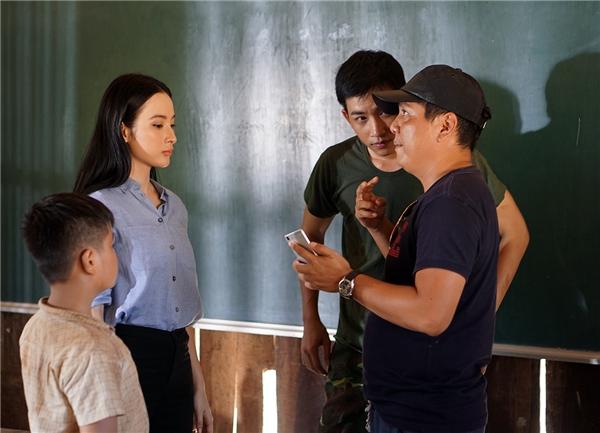Võ Cảnh và Angela Phương Trinh chăm chú lắng nghe những chỉ dẫn của đạo diễn Đức Thịnh.