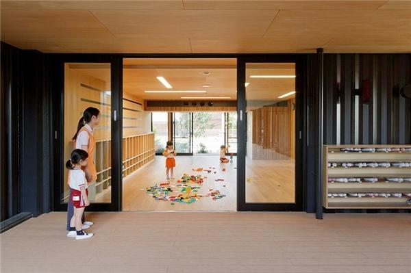 Vật liệu để xây dựng nhà trẻ container hoàn toàn là vật liệu tái chế. (Ảnh: Designboom)