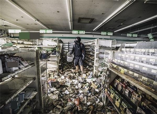 Ảnh chụp nhà nhiếp ảnh trong một siêu thị đổ nát.